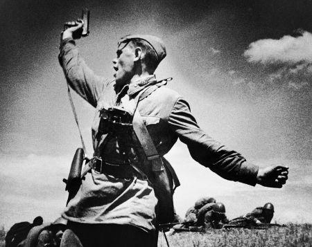 12 Ιουλίου 1942: ο υπολοχαγός και πολιτρούκ Α. Γκ. Γεριόμενκο οδηγεί τους άνδρες του στη μάχη, κοντά στο Βοροσίλοφγκραντ/ πηγή: RIA Novosti.